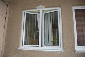 Páchateľ rozbil okno na kancelárii vedúcej jedálne.