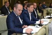 Poslanci Tomáš Šudík (vľavo) a Martin Ruščanský v poslaneckých laviciach.