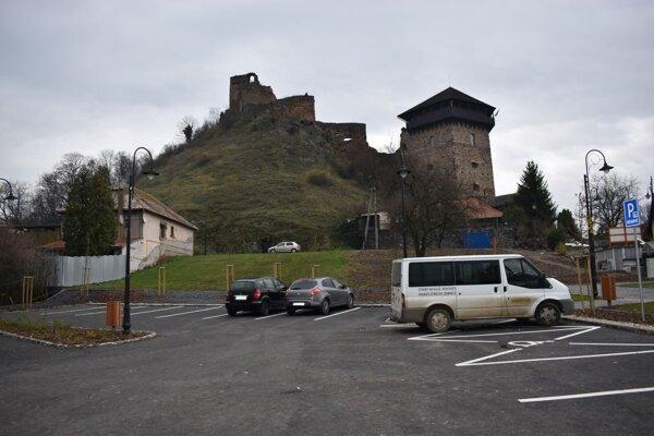 Pod hradom pribudlo parkovisko.
