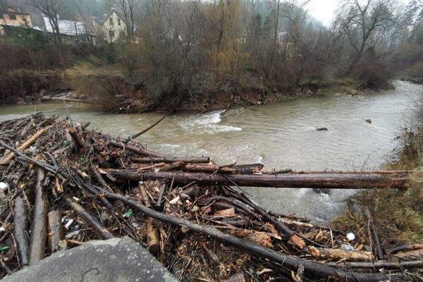 Voda naplavila brvná, medzi nimi je množstvo ďalšieho odpadu.