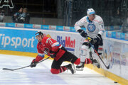 Zľava: Miloš Bubela z HC '05 iClinic Banská Bystrica a Judd Blackwater z HK Nitra.