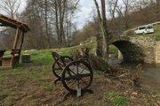 Pri historickom moste vznikla malá oddychová zóna.