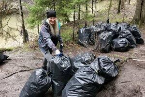 Viktória zo Spišskej Novej Vsi pomáha s vrecami s odpadom, ktorý vytiahli z rieky Hornád.