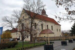 Františkánsky kostol Nanebovzatia Panny Márie vo Fiľakove.