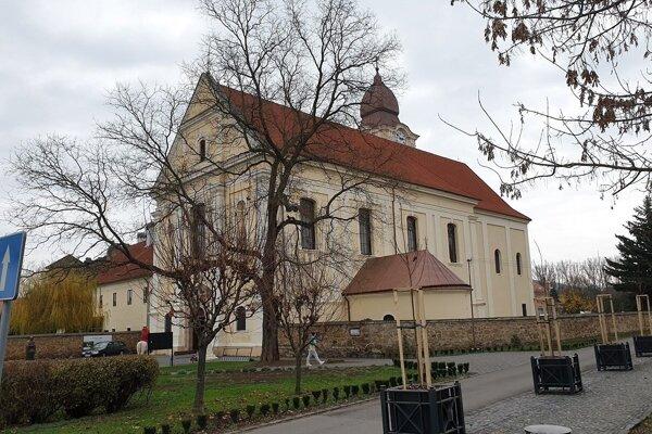 Priebeh rekonštrukcie kostola Nanebovzania Panny Márie vo Fiľakove priblížia unikátne fotografie.