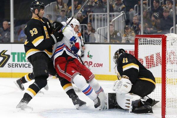 Zdeno Chára (vľavo), Brendan Smith a brankár Jaroslav Halák v zápase základnej časti NHL 2019/2020 Boston Bruins - New York Rangers.
