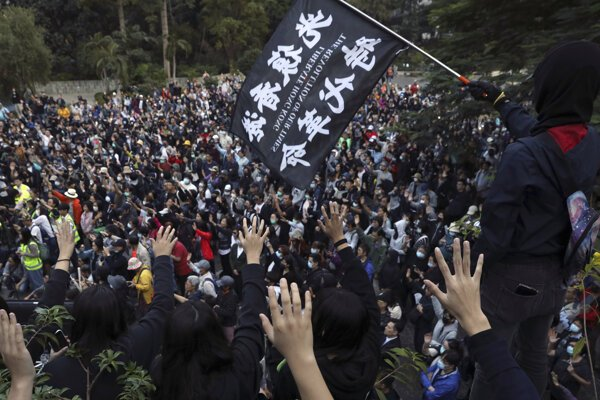 Hong Kong už dlhodobo sužujú protesty, nie sú však jediným dôvodom problémov.