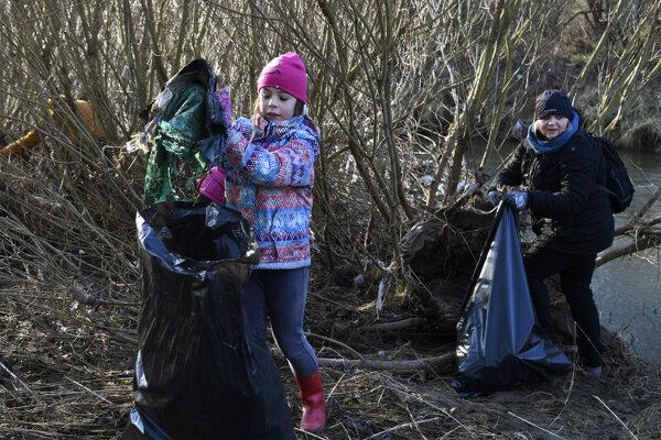 Dobrovoľníčky počas čistenia rieky Hornád v Národnom parku Slovenský raj neďaleko obce Hrabušice.