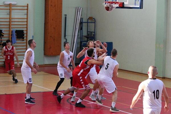 Basketbalisti Dolného Kubína (v bielom) viedli po prvom polčase o 13 bodov.