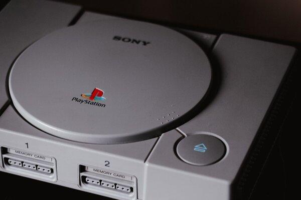 Prvá PlayStation sa začala predávať 3. decembra 1994.