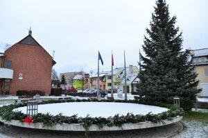 Adventný veniec v Smižanoch má po obvode 27 metrov.