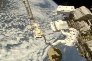 Luca Parmitano sa venuje výmene spektometra na Medzinárodnej vesmírnej stanici.