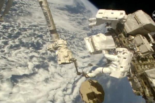 Kozmonauti na ISS pri práci v otvorenom kozme, december 2019.