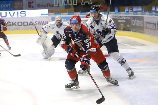 Na snímke zľava Allan McPherson (Zvolen) a Petr Ulrych (Poprad) počas zápasu 28. kola hokejovej Tipsport Ligy HKM Zvolen - HK Poprad.