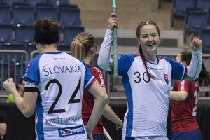 Vpravo Paulína Hudáková (Slovensko) sa raduje po strelení piateho gólu, vľavo spoluhráčka Lucia Košturiaková počas stretnutia o 5. - 8. miesto na MS vo florbale Slovensko - Nórsko 8. decembra 2017 v Bratislave.