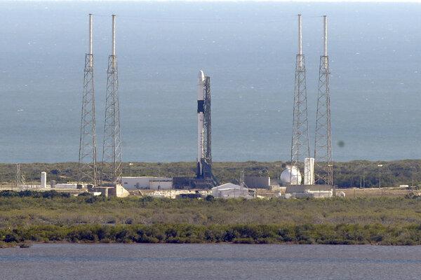 Na snímke americká nosná raketa Falcon 9 SpaceX po štarte na medzinárodnú vesmírnu stanicu ISS z odpaľovacej rampy 40 vesmírnej základne Cape Canaveral na Floride 5. decembra 2019.