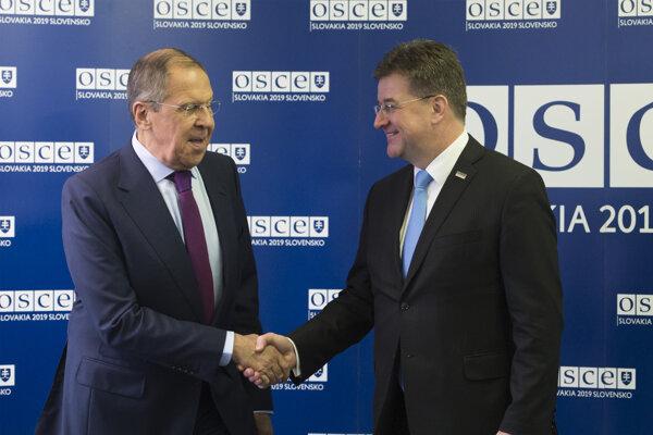 Ruský minister zahraničných vecí Sergej Lavrov (vľavo) a minister zahraničných vecí a európskych záležitostí SR a úradujúci predseda Organizácie pre bezpečnosť a spoluprácu v Európe (OBSE) Miroslav Lajčák.