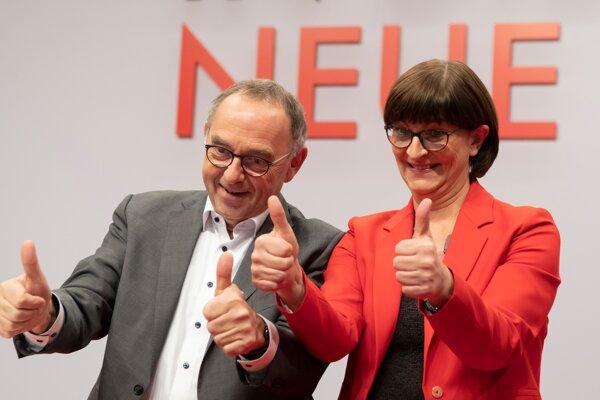 SPD si za nových lídrov zvolila kritikov Merkelovej vlády