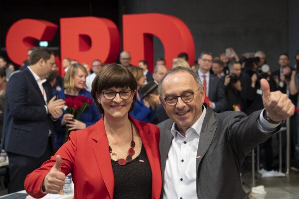 Norbert Walter-Borjans a Saskia Eskenová oslavujú svoje zvolenie do vedenia SPD.