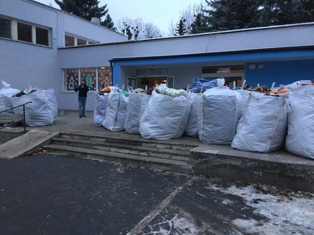 Časť materiálnej pomoci od obyvateľov presúvajú zo ZŠ Mukačevská do prešovskej pobočky Červeného kríža.