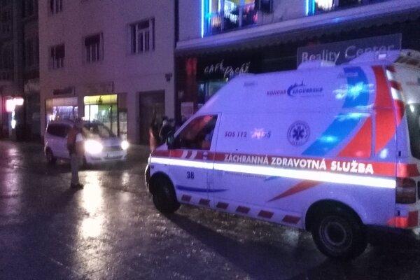 Pre zraneného chlapca prišla záchranka.