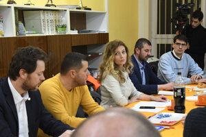 Primátorka Andrea Turčanová počas zasadnutia krízového štábu v krízovom centre.