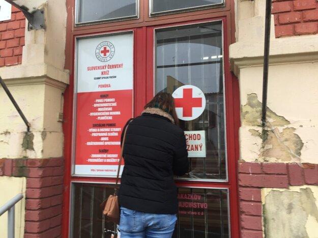 Zamknutý predný vchod na Jarkovej ulici do budovy SČK v Prešove. Ľudí, ktorých nosia materiálnu pomoc, posielajú preč, tých, ktorí ju potrebujú, usmerňujú k zadnému vchodu z Baštovej ulice.
