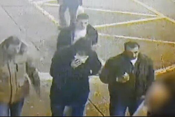 Polícia prosí o pomoc pri identifikovaní týchto mužov.