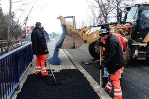 Robotníci minulý týždeň dokončovali asfaltovanie chodníkov.
