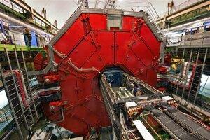 """Experiment Alice sa nachádza v hĺbke 60 metrov. Celý je obklopený veľkým červeným elektromagnetom. Na zábere sú """"dvere"""" magnetu zatvorené."""