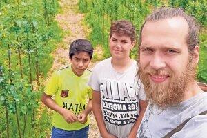 Václav Petráš so žiakmi na exkurzii v ovocnej škôlke v rámci projektu SadOVO