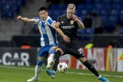 Wu Lei (vľavo) z Espanyolu Barcelona v súboji s Hoerdurom Bjoergvinom Magnussonom z CSKA Moskva.