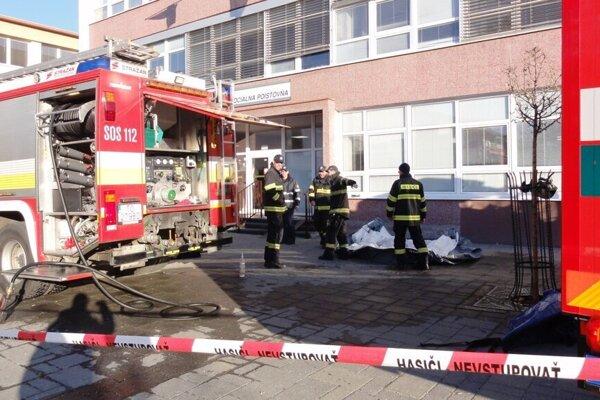 Na námestí zasahovali deviati hasiči aviac než desiatka policajtov azdravotníkov.