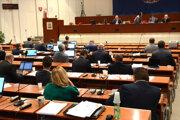 Poslanci zahlasovali za zvýšenie dane z nehnuteľností.