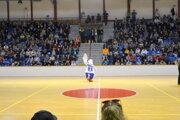 Maskot BKM Lučenec Peli baví divákov v Arene.