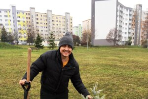 Riaditeľ divadla zasadil stromček na jednom z nitrianskych detských ihrísk.