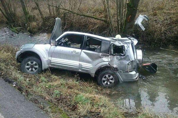 Auto skončilo v potoku v katastri Prečína.