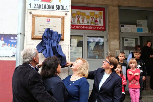 Slávnostné odhalenie pamätnej tabule Elene Kaliskej na I. ZŠ vo Zvolene.