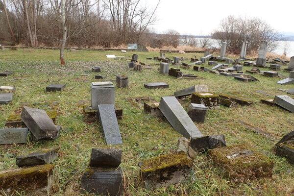 Zničený cintorín v Námestove.