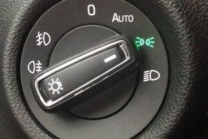 Prepínač svetiel na polohe s takýmto znakom znamená, že sú zapnuté iba parkovacie svetlá