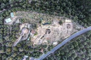 Letecký pohľad na obe hrobky - jedna je v strede záberu a druhá napravo od nej. Monumentálne kráľovské hrobky odkryli americkí archeológovia.