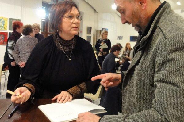 Hoci sa Marína Hostačná Grossi narodila vBojniciach, mnoho rokov prežila vJacoviach. Dnes žije atvorí vTaliansku.