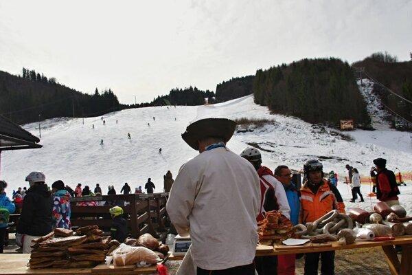 Lyžovačka, tradície, kroje na lyžiach? Všetko to zažijete počas krojovky na svahu.