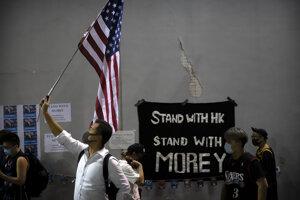 Demonštranti v Hongkongu žiadajú pred ambasádou USA o podporu.