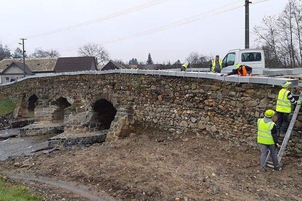 Šedé bloky aktuálne pôsobia na  moste rušivo. Ich vzhľad však nie je konečný.