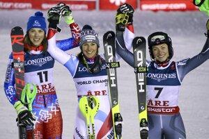 Slovenská lyžiarka Petra Vlhová sa teší zo zisku striebornej medaily v alpskej kombinácii na majstrovstvách sveta v alpskom lyžovaní vo švédskom Are 8. februára 2019. Zlato obhájila Švajčiarka Wendy Holdenerová (uprostred), bronz získala Nórka Ragnhild Mowinckelová (vpravo).