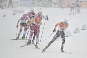 inzenz Geiger (vpravo) počas pretekov Svetového pohára v severskej kombinácii v rakúskom Ramsau am Dachstein.
