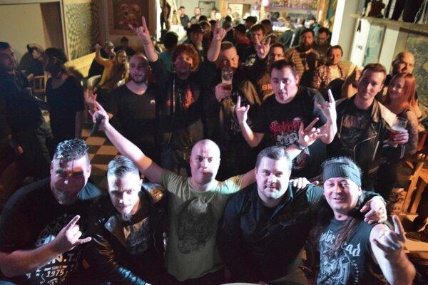 Záverečné fotenie kapely Midnight Scream počas Vianočného festu v KC Marťák.