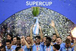 Radosť hráčov Lazia Rím po zisku Talianskeho Superpohára 2019.