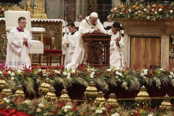 Pápež sa modlí počas polnočnej omše.